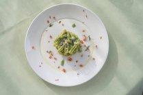 Паста Strozzapreti с сельдереем песто и ароматические травы, вид сверху . — стоковое фото