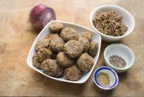 Bacia de esferas frescas do falafel da lentilha com as especiarias na tabela. — Fotografia de Stock