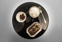 Mousse de chocolate con castañas asadas, vista superior . - foto de stock