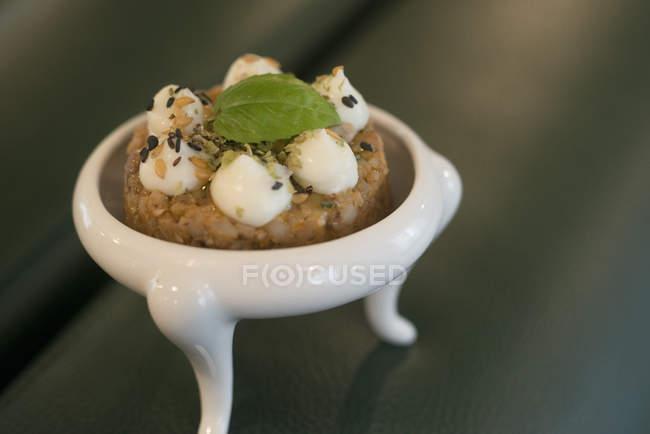 Гречана і помідори з орегано та грецького йогурту. — стокове фото