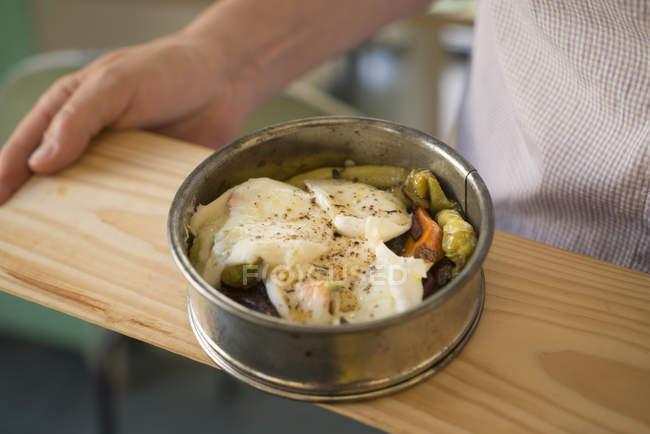 Knuspriges gebratenes Gemüse unter gebackenem Saitenkäse. — Stockfoto