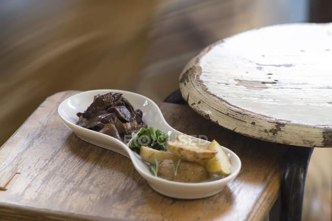 Würzig geschmorte getrocknete Pilze und Kartoffeln Vorspeise. — Stockfoto