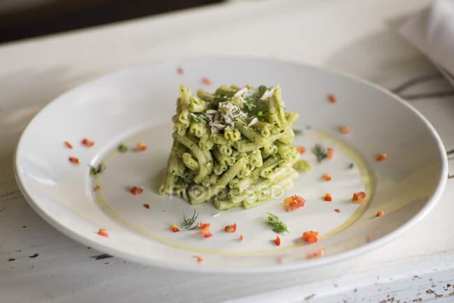 Strozzapreti-Pasta mit Sellerie-Pesto und aromatischen Kräutern. — Stockfoto