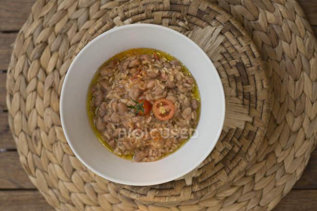 Reissuppe mit Bohnen und Datterini-Tomaten, Ansicht von oben. — Stockfoto