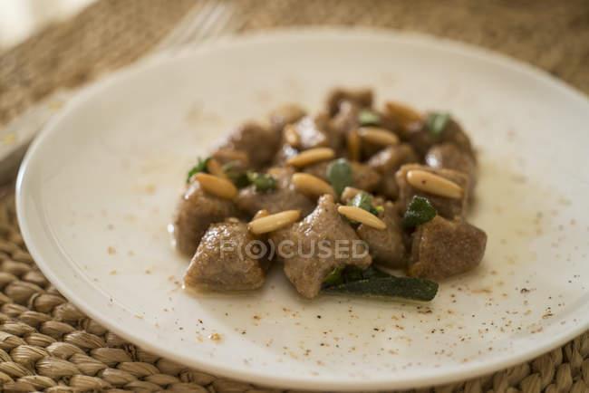 Gnocchi di quinoa con vari condimenti aromatici. — Foto stock