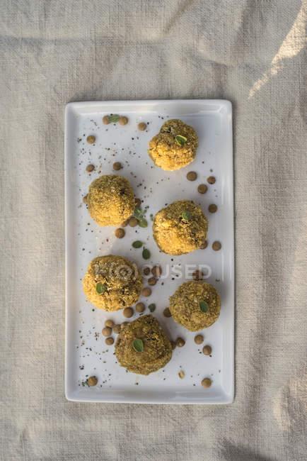 Linsen- und Thymian-No-Fleischbällchen auf weißem Teller serviert. — Stockfoto