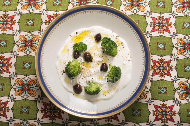 Сир pecorino і брокколі вершки з оливками, вид зверху. — стокове фото
