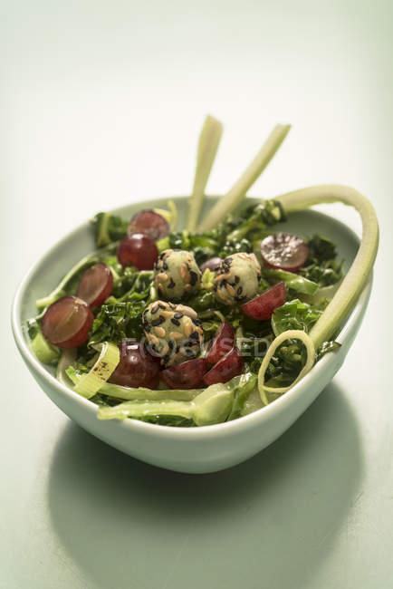Ensalada de verduras y albóndigas de patata en tazón. - foto de stock