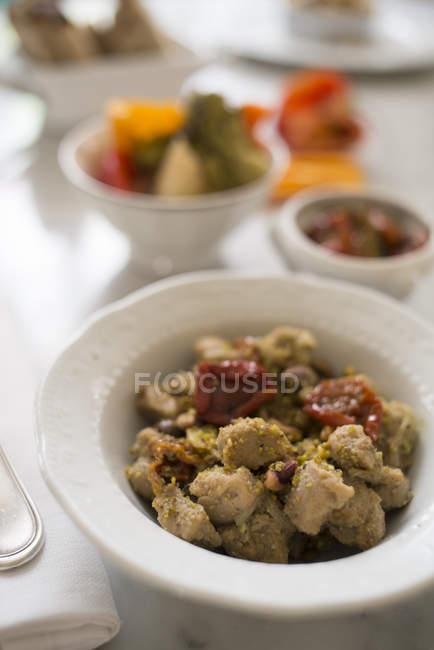 Sojaeintopf mit getrockneten Tomaten und Pistazien auf dem Tisch. — Stockfoto