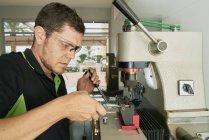 Спеціаліст Key Maker, що працюють з різання ключ машини — стокове фото