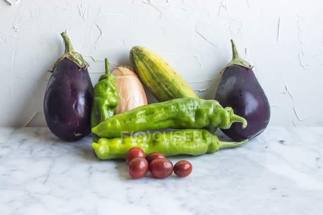 Gruppo di verdure biologiche sane sulla superficie grigia — Foto stock