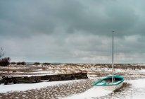 Vista panorâmica de congelados e neve paisagem coberta com barco de pesca — Fotografia de Stock