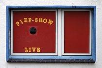 Vista di giorno di edificio windows con Piep-show dal vivo parole rosso — Foto stock