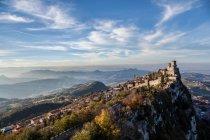 Piccole case di città e montagna superiore con il castello — Foto stock