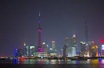Paysage urbain de nuit de la ville de Shanghai à l'architecture moderne, Chine — Photo de stock