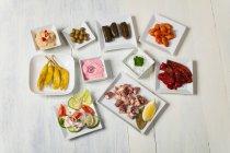 Carne con verdure e crema sulle piastre — Foto stock