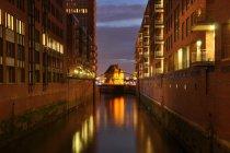 Paesaggio urbano con ponticello sopra il fiume — Foto stock