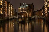 Edifici illuminati con acqua chanel — Foto stock