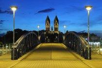 Estrada da ponte para a igreja, com torres de noite, Herz Jesu Kirche, estado de Baden-Wurttemberg, Alemanha — Fotografia de Stock