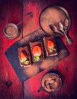 Торты с клубникой и шоколадный порошок — стоковое фото