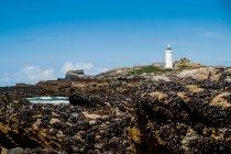 Морський пейзаж з будівлею маяк — стокове фото