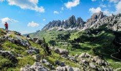 Homem, caminhadas nas Dolomitas, os Alpes, Itália — Fotografia de Stock