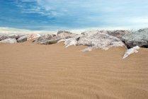 Пісок і камені на березі моря — стокове фото