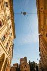 Architektur der Gebäude ist auf Italienisch Gasse, Ansicht von unten — Stockfoto
