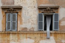 Full frame image of old building facade with windows — Stock Photo