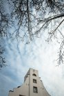 Nackten Äste und architektonische Gebäude — Stockfoto