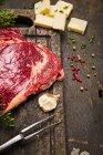 Rohes Fleisch mit Käse und Gewürze — Stockfoto