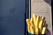 Tagsüber Blick auf Pommes frites Skulptur am Mauerbau — Stockfoto