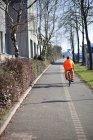 Vista do homem, andar de bicicleta na rua traseira — Fotografia de Stock