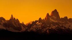Cobertas de neve imponente picos de montanha — Fotografia de Stock