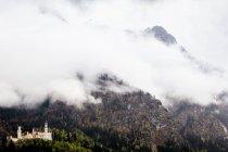 Замок Нойшванштайн в горах — стокове фото
