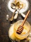 Vaso del miele con i cucchiai — Foto stock