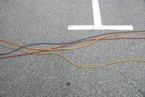 Verkürzten Blick auf städtische Straßenschild und Kabel auf asphalt — Stockfoto