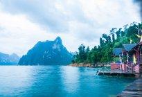 Коттеджи на берегу озера и горы — стоковое фото