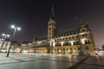 Scenic view of city hall on Hamburg square illuminated in the evening, Germany — Stock Photo