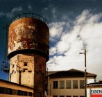 Tiro exterior da torre de água, construção de fachada em tijolo — Fotografia de Stock