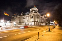 Reichstag building on Platz der Republik at night, Berlin, Germany — Foto stock