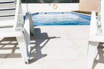 Стулья с бассейном в доме — стоковое фото