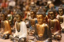 Closeup view of Buddha statues in rows — Stock Photo