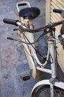 Руль велосипедов на улице — стоковое фото