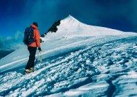 Mountaineer climbs snowy peak. — Stock Photo
