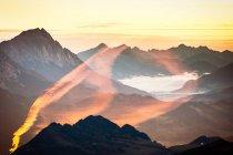 Paisaje con montañas gama vista - foto de stock