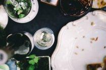 Vista superiore della regolazione della tabella con vetro, bottiglia, piatti — Foto stock