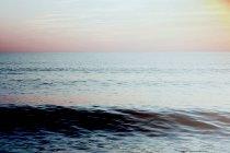 Seelandschaft mit Wellen im Sonnenuntergang — Stockfoto
