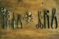 Вид зверху різні інструменти на дерев'яні таблиці — стокове фото