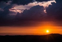 Fazenda do moinho de vento ao pôr do sol — Fotografia de Stock